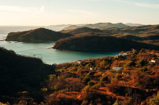 Farbenfroher panoramablick auf die bucht san juan del sur, nicaragua.