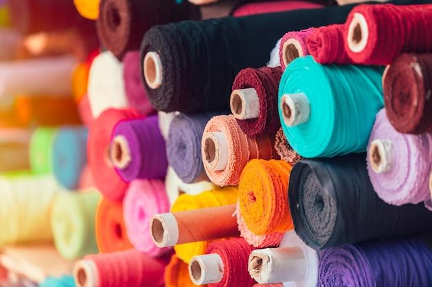 Farbenreiche stoffseide rollt in der textilgeschäftsindustrie von indien