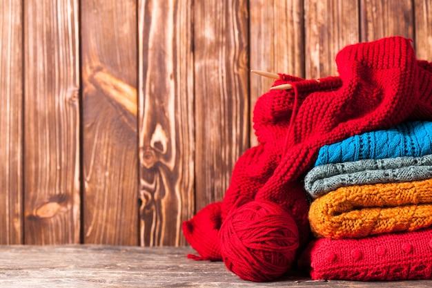 Farbfäden, stricknadeln und kleidung mit kopierraum
