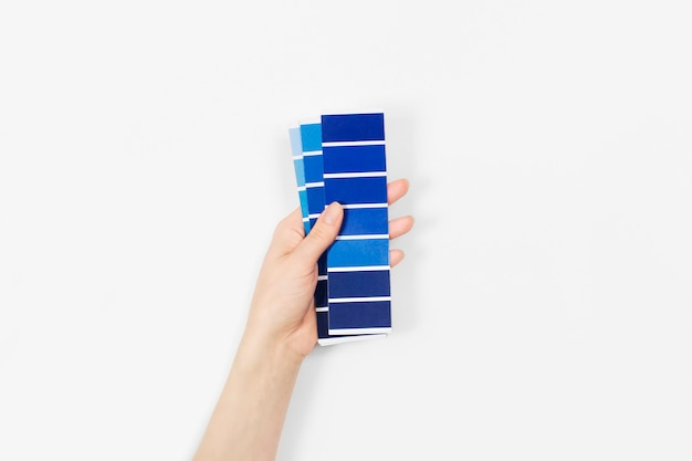 Farbfelder mit der farbe des jahres 2020 in der hand - classic blue. farbtrendpalette.