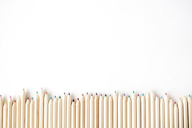 Farbholzstifte lokalisiert auf weiß