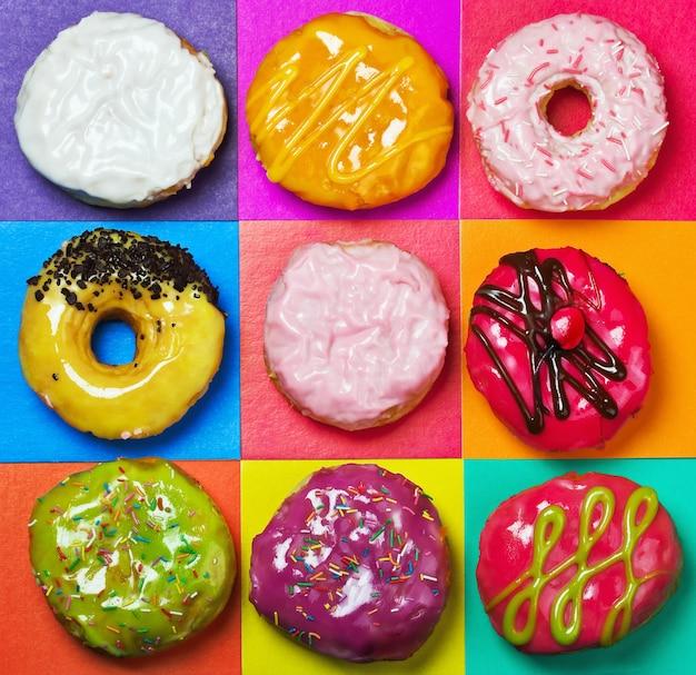 Farbig glasierte donuts