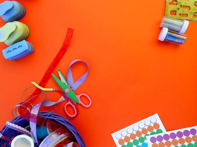 Farbige bänder, formen, scheren, stempel, purpur und lineal mit buchstaben