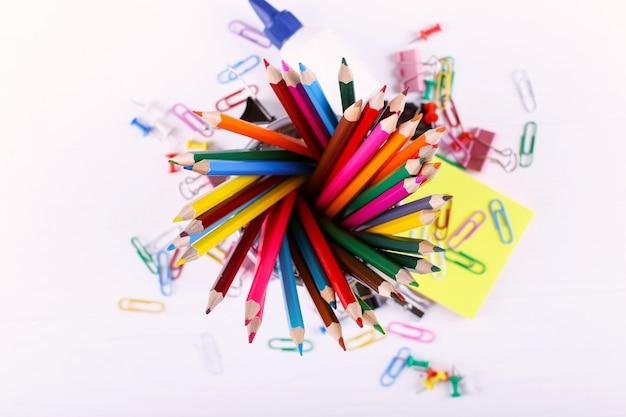 Farbige bleistifte, büroklammern und stifte, schulbedarf für das zeichnen, kopienraum.