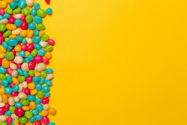 Farbige bonbons auf gelb