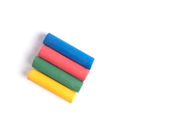Farbige buntstifte isoliert auf weiß.