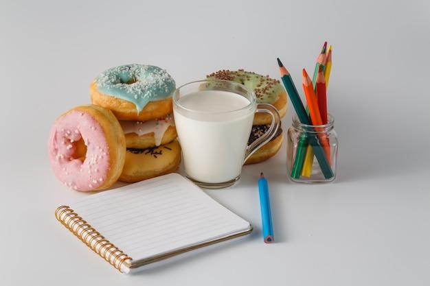 Farbige donuts auf weißer ebene