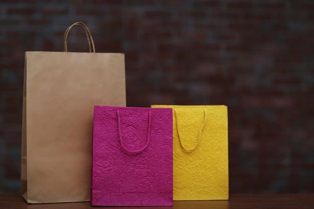 Farbige einkaufstüten auf dunkler oberfläche
