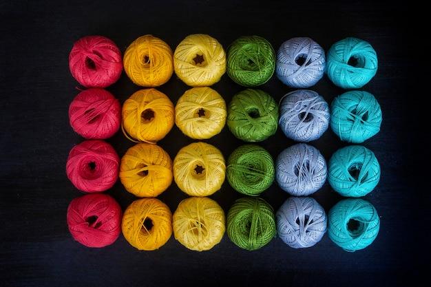 Farbige fäden zum stricken hintergrund