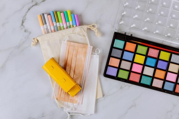 Farbige farbe mit stiften und gesichtsmaske