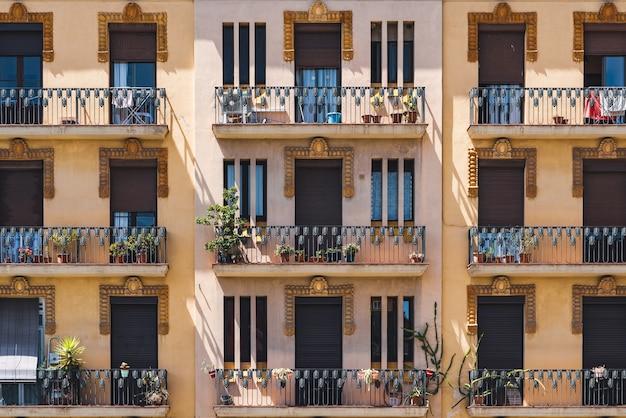 Farbige fassaden eines neoklassizistischen gebäudes