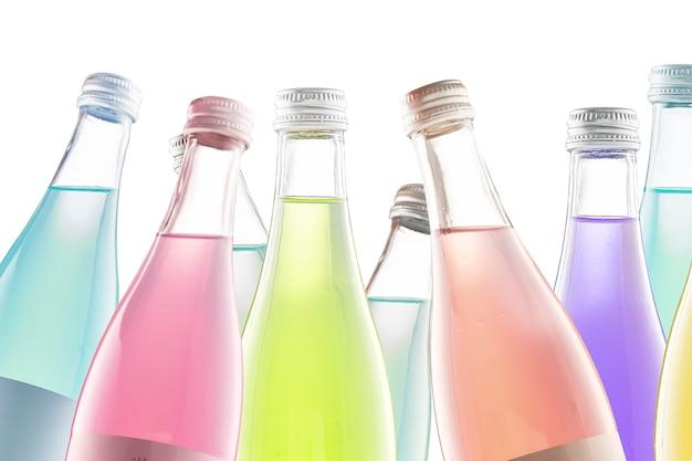 Farbige flaschen limonade und soda, isolieren auf weißem hintergrund. trinke wein oder einen cocktail