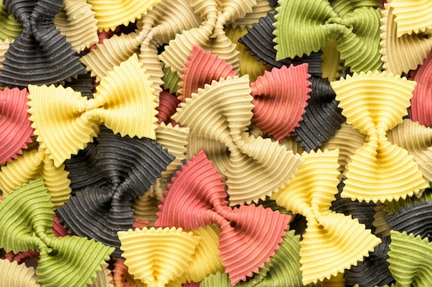Farbige fliege pasta. nahaufnahme mehrere farfalle.