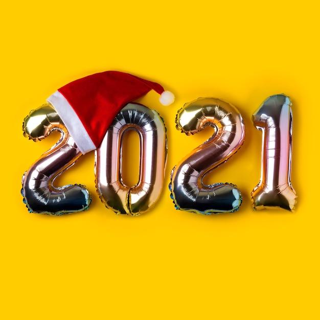 Farbige folienballons in form von zahlen 2021. neujahrskonzept. minimale urlaubskomposition.