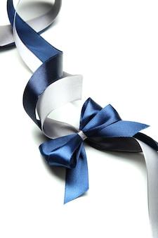 Farbige geschenk-satinbandschleife, isoliert auf weiß