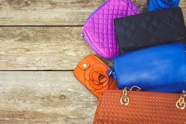Farbige handtaschen auf holz