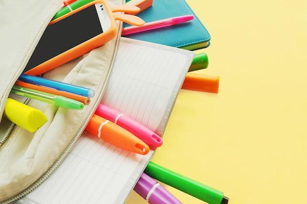 Farbige helle markierungen, stifte, bleistiftspitzer, radiergummi, schere. schulmaterial