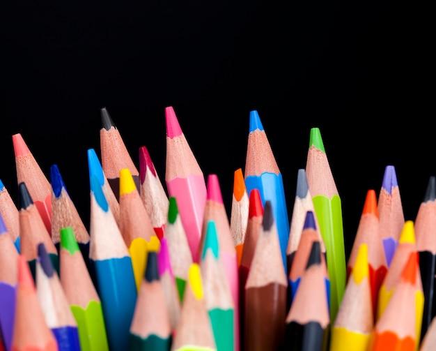 Farbige holzstifte mit einer anderen farbe führen zum zeichnen und zur kreativität, nahaufnahmen aus natürlichen, umweltfreundlichen materialien, die für kinder sicher sind