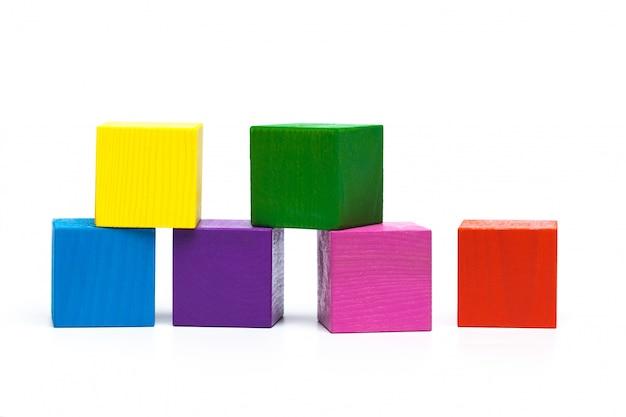 Farbige kinderwürfel auf weißer getrennter oberfläche