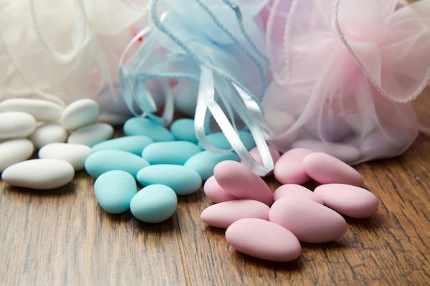 Farbige konfetti auf holz