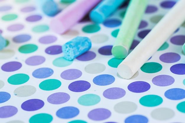 Farbige kreide auf dem pastellhintergrund