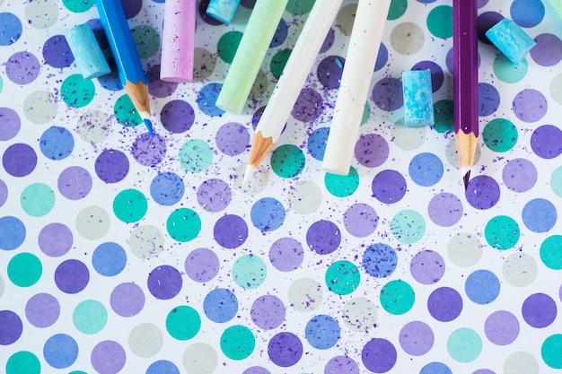 Farbige kreide und pancil auf dem pastellhintergrund