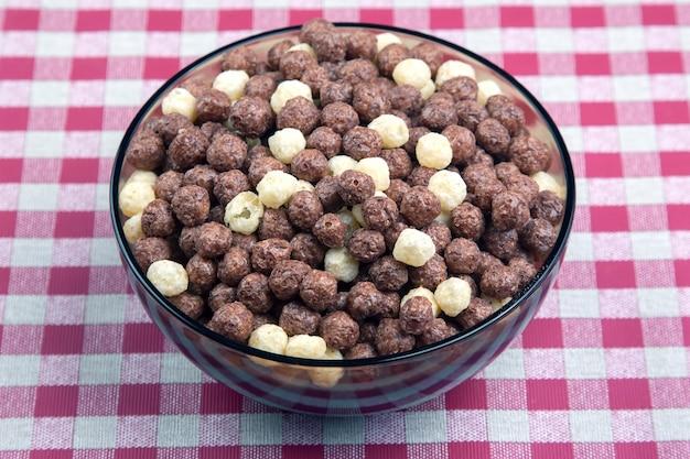 Farbige leichte snacks. frühstück auf dem teller