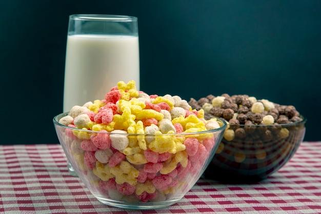 Farbige leichte snacks. frühstück in einem teller und einem glas milch.