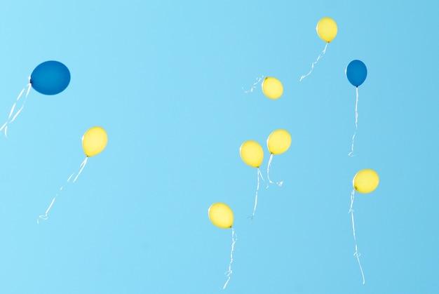 Farbige luftballons auf dem hintergrund des blauen himmels