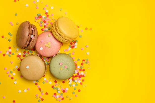 Farbige macarons mit sternförmigen streuseln