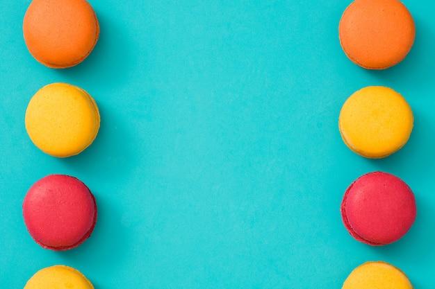 Farbige makronen auf blauem hintergrund kopieren raum