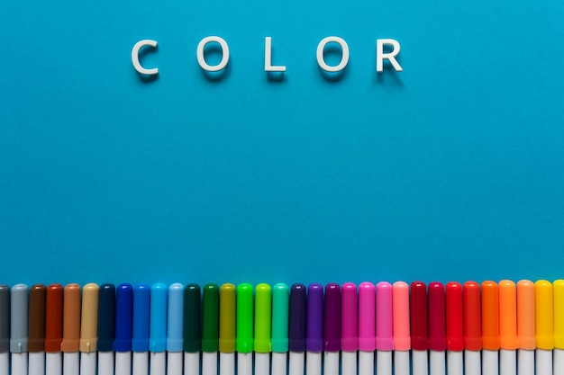 Farbige markierungen und die wortfarbe auf einem blauen hintergrund