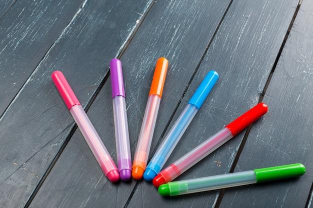 Farbige markierungsstifte auf holz