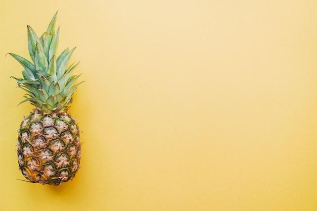 Farbige oberfläche mit ananas