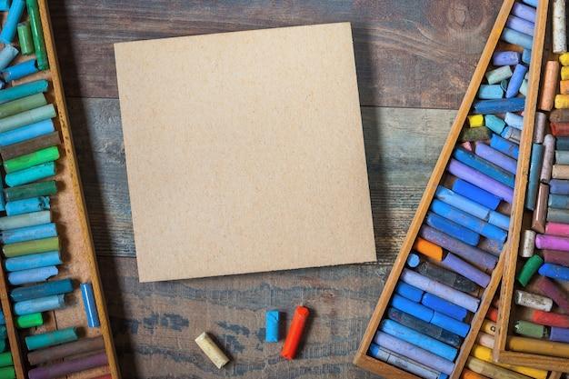 Farbige pastellstifte und karton
