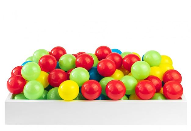 Farbige plastikbälle im pool des spielraums
