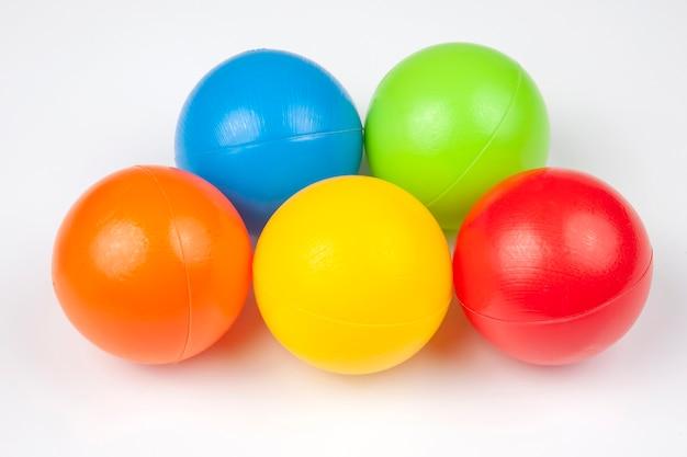 Farbige plastikkugeln. freizeit- und spielartikel.