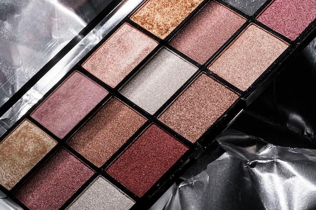 Farbige professionelle kosmetikpalette auf einem dunklen hintergrund, nahaufnahme