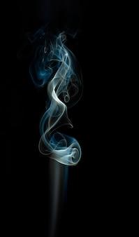Farbige rauchformen auf schwarzem hintergrund
