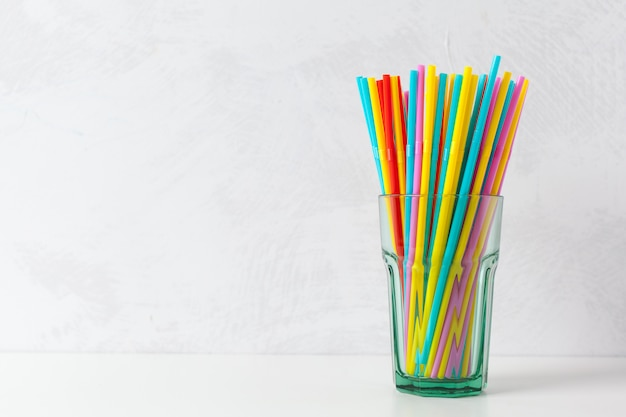 Farbige röhrchen für saft und cocktails