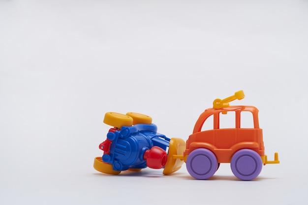 Farbige spielzeugautos kollidierten bei einem unfall. absturz auf einer spielzeugstraße