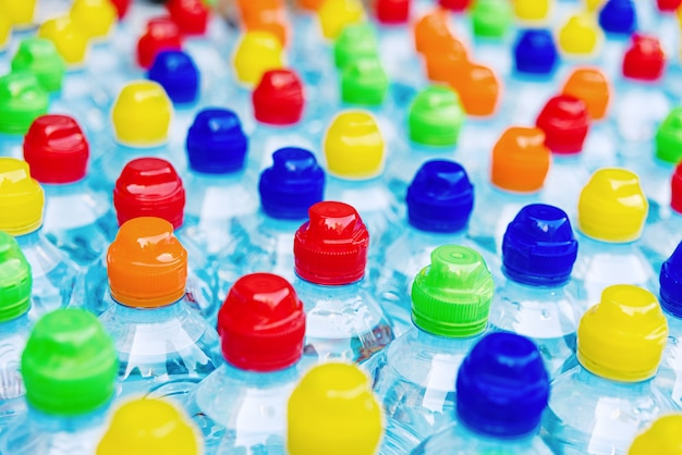 Farbige stopfen neuer plastikflaschen, konzept der verschmutzung durch recycelbare kunststoffe.
