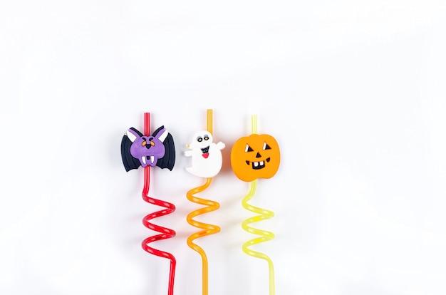 Farbige strohhalme mit gruseligen lustigen geistergesichtern für halloween