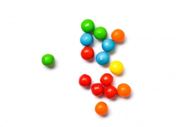 Farbige süßigkeiten - bunt von der kleinen schokoladensüßigkeit auf weißer, draufsicht