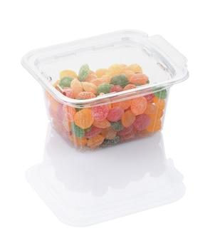 Farbige süßigkeitenlutscher in einem transparenten plastikbehälter lokalisiert auf weiß mit beschneidungspfad