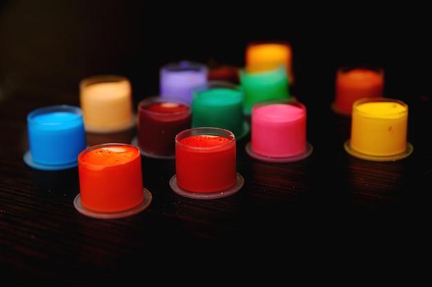 Farbige tätowiertinte in kappen