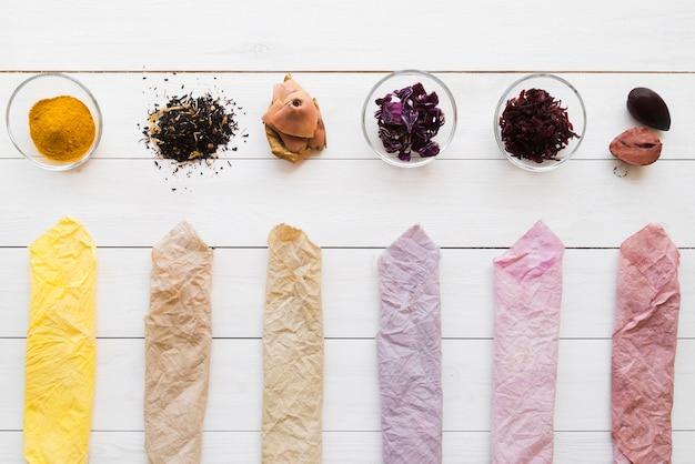 Farbige tuchanordnung mit natürlichen pigmenten