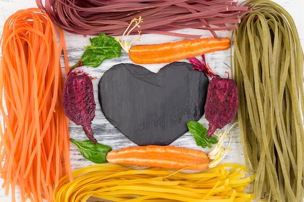 Farbige vegetarische teigwaren des rohen gemüses.
