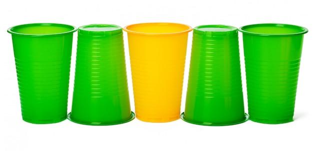 Farbige wegwerfschalen für die getränke lokalisiert auf weiß