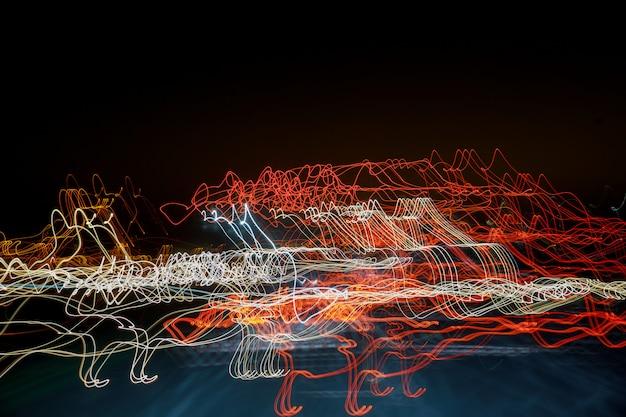 Farbiger abstrakter fantastischer lichteffekt auf schwarzem hintergrund